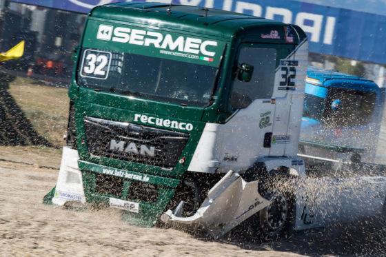 激しくコーナーリングするレーシングトラック