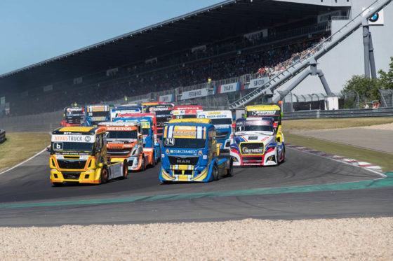 欧州トラックレーシングのスタート場面